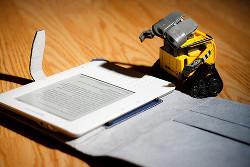 Robot Wall-e leest een e-boek
