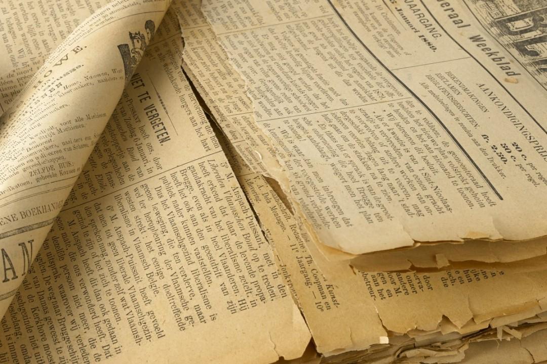 Beschadigde historische krant
