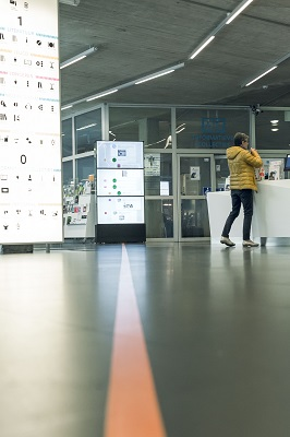 Lijn op de vloer duidt het tentoonstellingspad aan