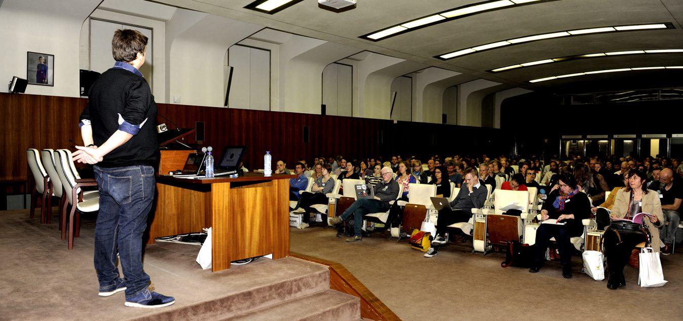 Afbeelding van een zaal mensen tijdens een presentatie