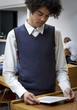 Jonge man met e-reader