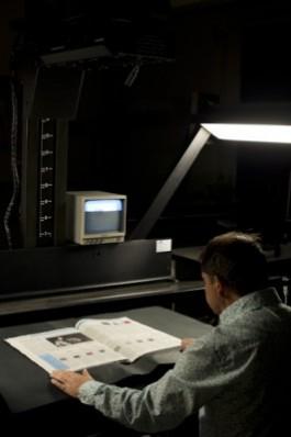 Man aan scanner met krant