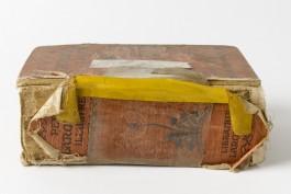 Boek met beschadiging aan de rug