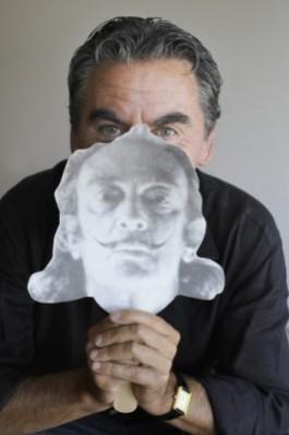 Foto van Stan Lauryssens met een masker van Dalí