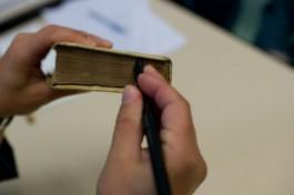 Een boek wordt ontdaan van stof