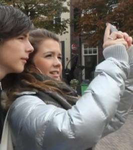 Jongeren op speurtocht met een mobiel toestel