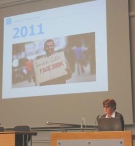 Vrouw voor Powerpoint-slide met foto van de Arabische Lente 2011