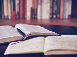 Twee opgengeslagen boeken waaruit geleerd kan worden.