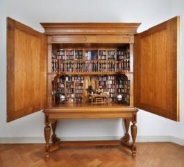 Open kast met allerhande miniatuurboeken