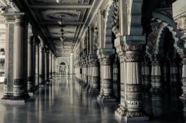 afbeelding zaal met zuilen