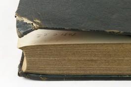 Boekbank met een gebroken hoek