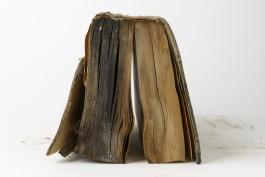 boek met zichtbare schade