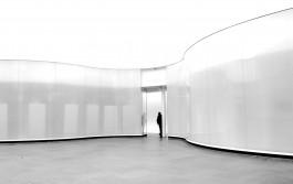 Lege zaal met ronde muren en een deur