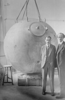 Professor Auguste Piccard voor een experimenteel toestel