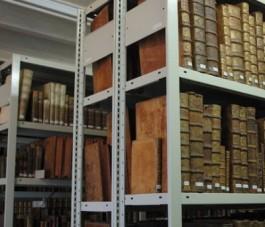 Boekenrek met oude boeken