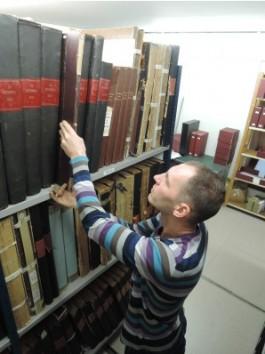 Projectmedewerker Tuur Van Hove in het krantenmagazijn van de Erfgoedbibliothee