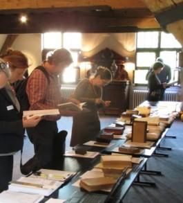 Deelnemers bekijken boeken op de UPLA-demonstratietafel
