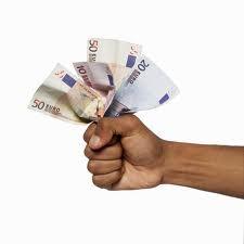 Een vuist met daarin geld vastgeklemd