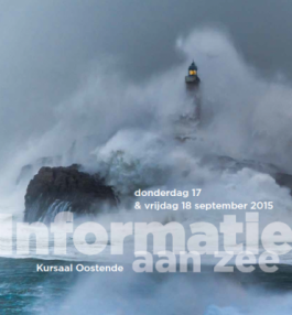 Vuurtoren in de storm met tekst Informatie aan Zee 17-18 september 2015 Oostende