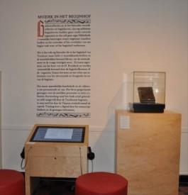 Digitale en originele versie van het handschrift tentoongesteld
