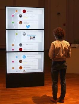 Man kijkt naar social feed op groot scherm