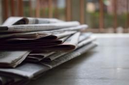 Foto van een stapeltje kranten