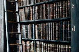 Foto van een oude boekenkast