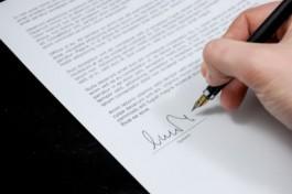 Foto van brief die ondertekend wordt