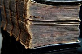 Foto van de snede van een oud boek