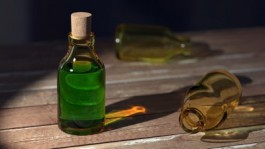 Een foto van een flesje met groen vergif erin
