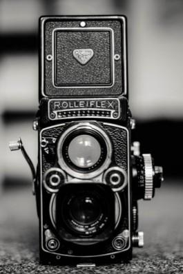 zwart wit beeld van een fototoestel