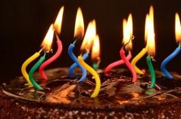 smeltende kaarsen op een taart