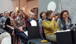 lachend publiek in een conferentiezaal
