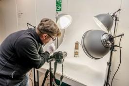 Een man neemt een foto van een lamp