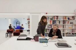 Twee vrouwen lezen een boek in de bibliotheek van DIVA