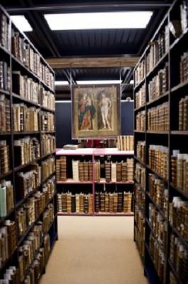 Boeken en een schilderij in de Maurits Sabbebibliotheek