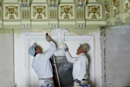 Twee mannen restaureren een muur