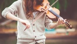 Vrouw speelt op een viool
