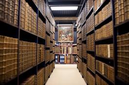 Zicht op boekenrekken in de Maurits Sabbebibliotheek
