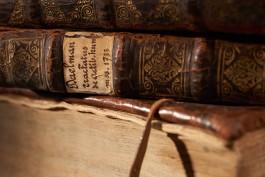 Foto van gestapelde oude boeken