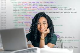 Jonge vrouw met laptop en XML-code op de achtergrond