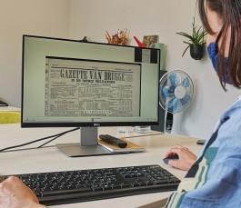 Vrouw bekijkt digitale krant op computer