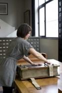 Jonge vrouw opent groot manuscript