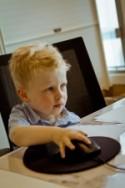 Jongentje met computermuis