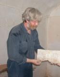 Nicholas Pickwoad met een stuk perkament