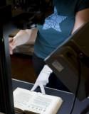 Vrouw bedient boekscanner