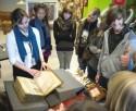 Jongeren bladeren door een oude druk in de Openbare Bibliotheek Brugge