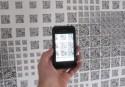 Smartphone wordt gebruikt om een modern visueel kunstwerk te bekijken
