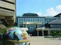 Vooraanzicht van The National Archives met wereldbol