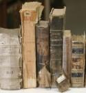 Boeken met kapotte ruggen